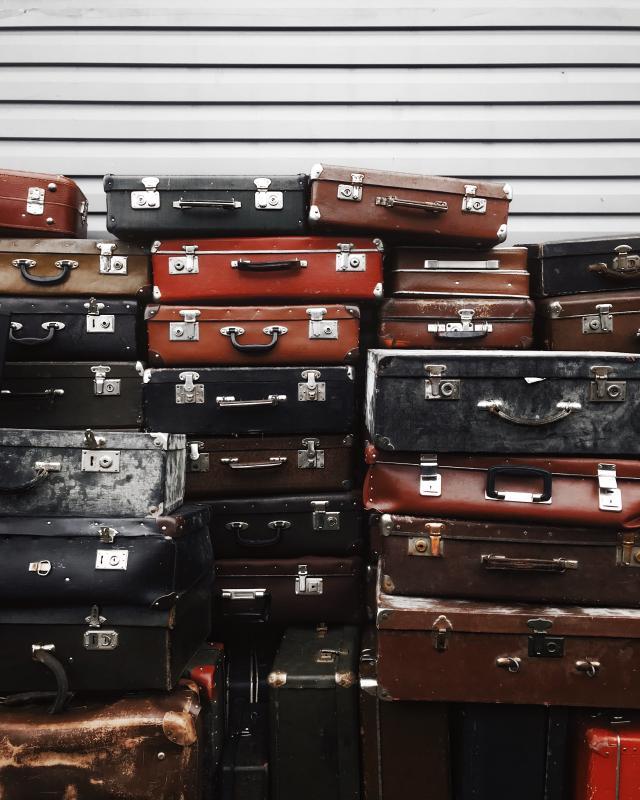 Z wakacyjną walizką dosamolotu. Ile zapłacimy za bagaż wtanich liniach lotniczych?